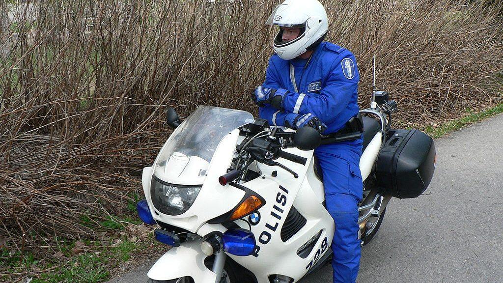 Финский полицейский на мотоцикле