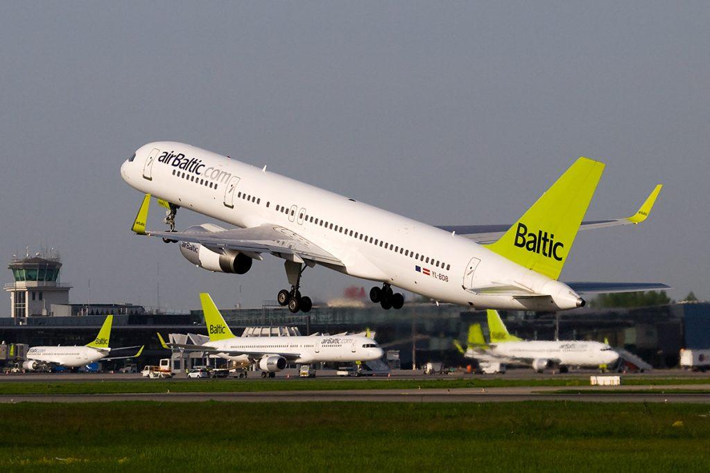 Самолёт AirBaltic в аэропорту Риги (Wikipedia)