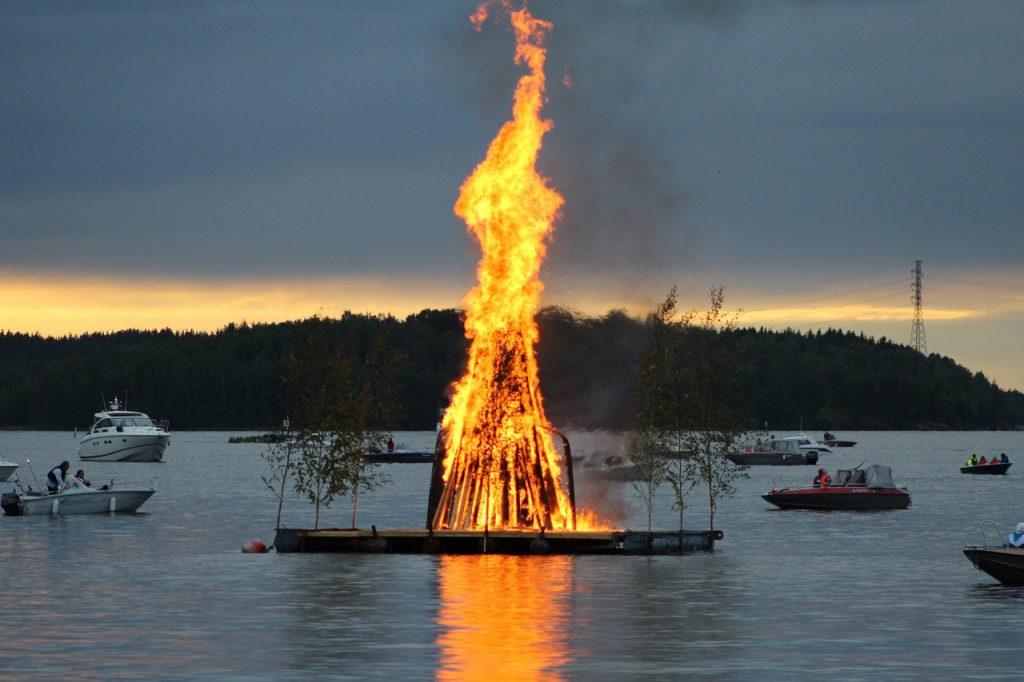 традиционный финский костёр на Юханнус