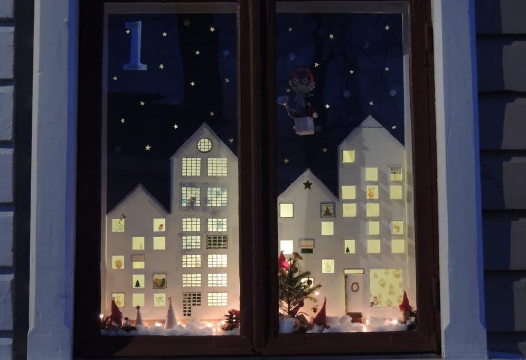 Рождественский календарь в окнах Хамины