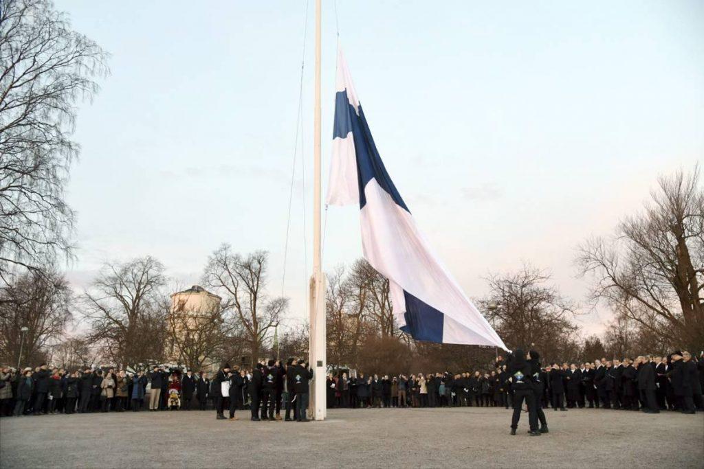 Торжественное поднятие флага в Хельсинки в День независимости Финляндии. Фото: Markku Ulander