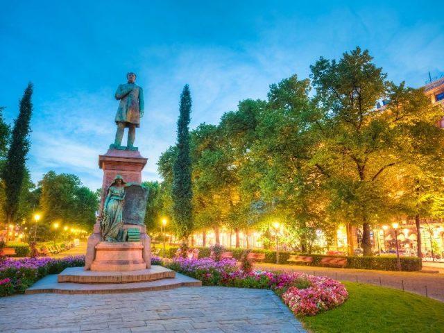 Памятник поэту Рунебергу на Эспланади в Хельсинки