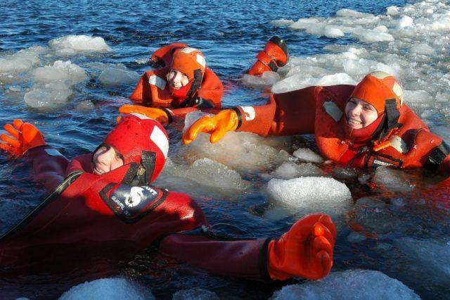 Плавание в ледяной воде у ледокола Sampo