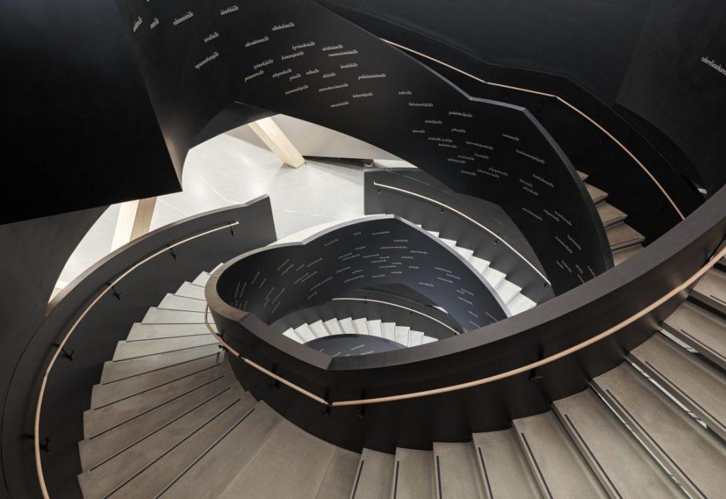 Главная лестница библиотеки Oodi в Хельсинки. Фото: Tuomas Uusheimo